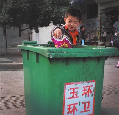 吐痰吐在垃圾桶里