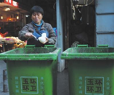 如果每位市民都自觉把垃圾扔进垃圾桶里
