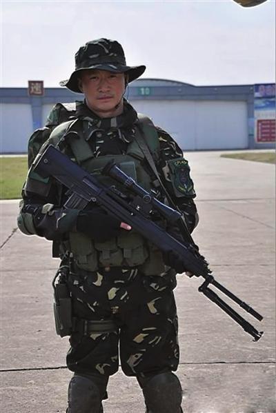"""据介绍,为了塑造""""狙击手何晨光""""这个角色,吴京在电视剧开拍前特地到"""