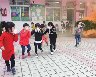 消防官兵进幼儿园开展消防安全疏散演练 -安全教育从娃娃抓起