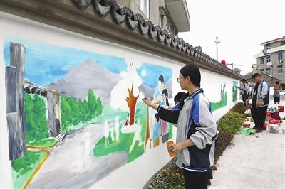 手绘墙画扮靓美丽乡村